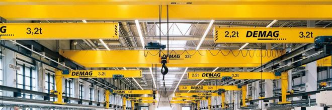 Interno di un capannone con carriponti del marchio Demag